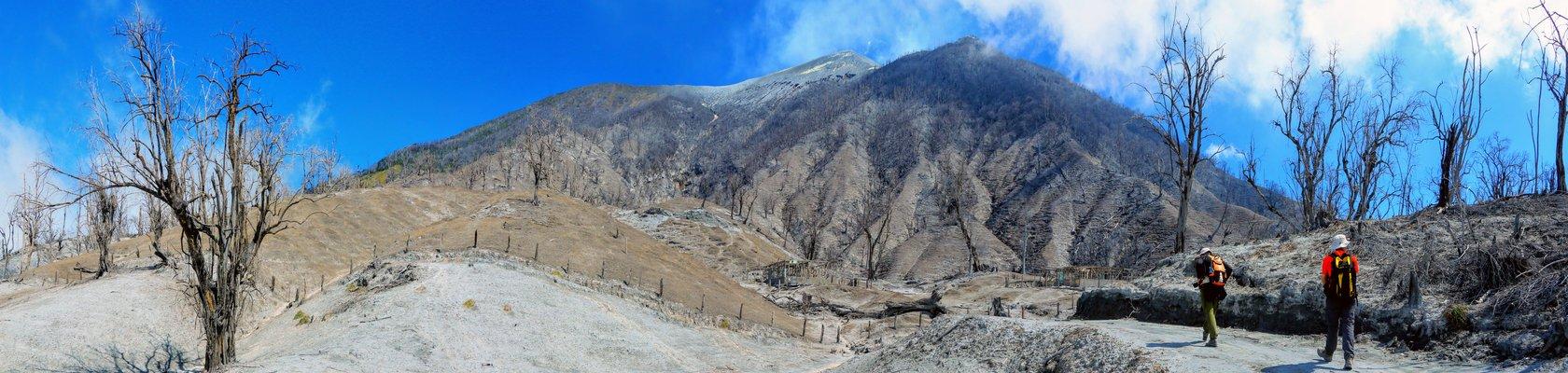 Beklim de actieve Turrialba-vulkaan