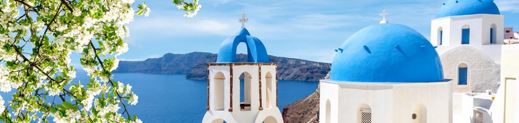 De blauwe koepeltjes van Oia op Santorini
