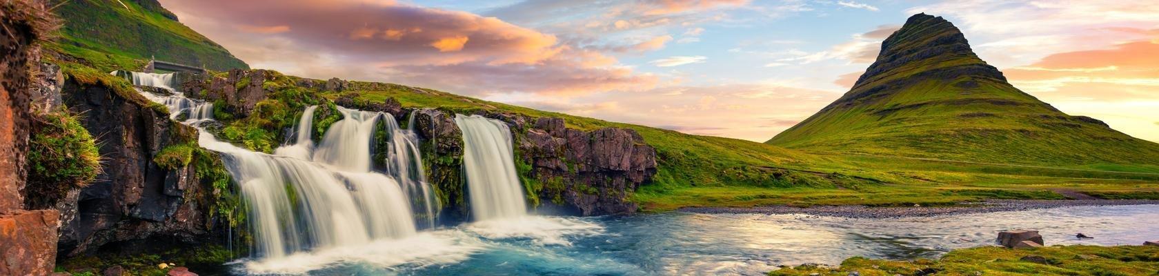 De Kirkjufellsfoss-waterval met op de achtergrond de beroemde Kirkjufell-berg