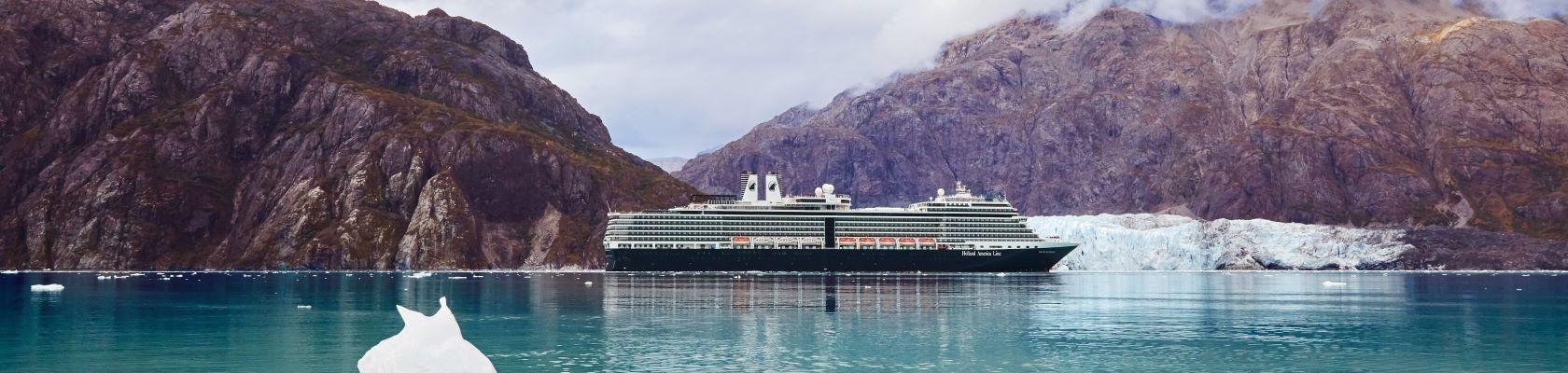 Cruiseschip voor de kust van Alaska