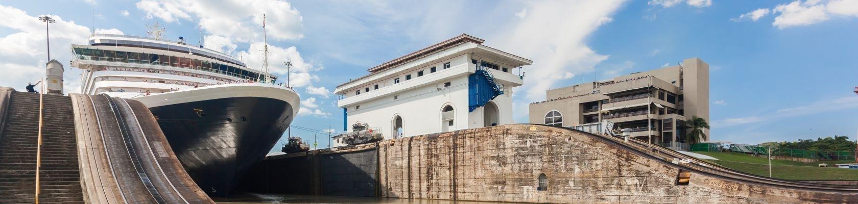 Het schip verlaat sluizen bij het Panamakanaal