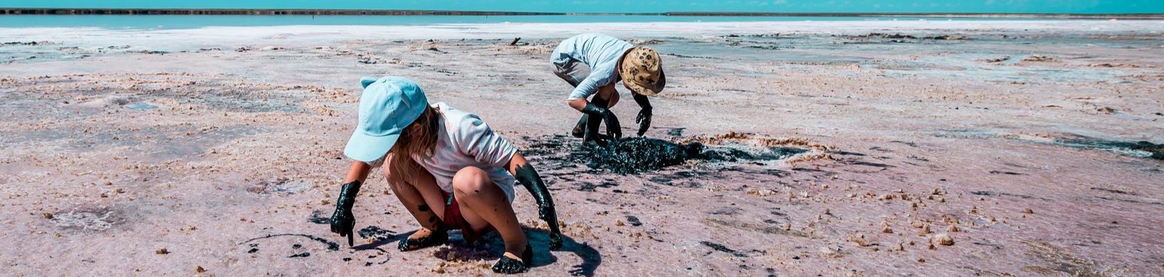 Met modder spelen bij de Dode Zee